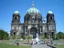 Berliner Dom auf der Spreeinsel. Fotografiert auf dem Lustgarten mit Blickrichtung Osten, Fernsehturm und Alexanderplatz